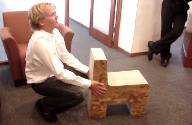 Dit ding is 25 kilogram zwaar. En ze noemen het de Flexible Love Folding Chair. Of je er echt op kan zitten blijft onduidelijk. Maar het ziet er wel cool uit!