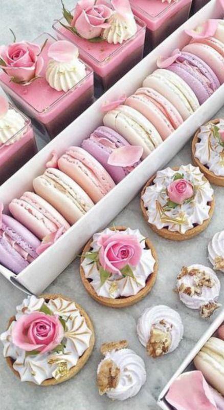 Doces e macaroons com cupcakes para lembrancinha