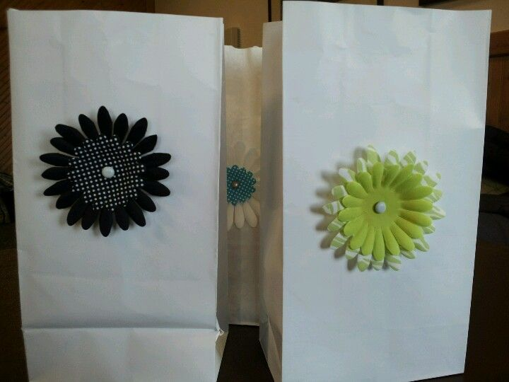 Love this idea for favor/gift/treat bags. Thanks to the ladies from Upper Room retreat :)