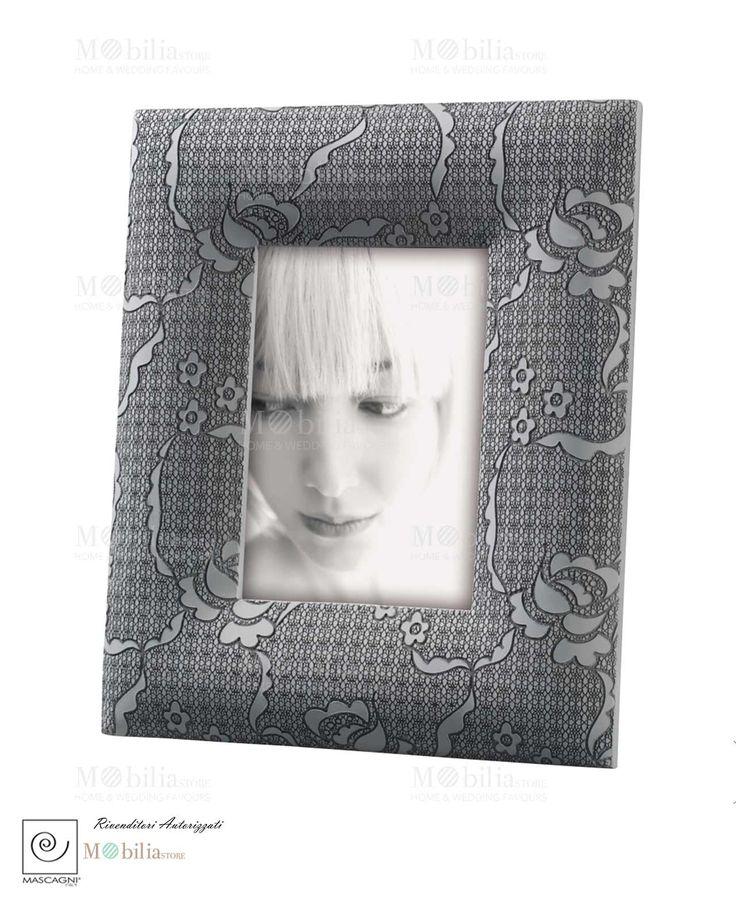 Portafoto Decorato Mascagni in stoffa grigia impreziosito da ricami floreali che le donano un aspetto romantico. Scopri le promozioni su Mobilia Store...