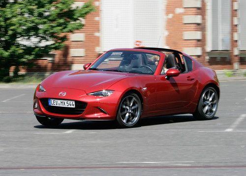 Eigentlich ist der Mazda MX-5 RF ein Volltreffer. Er verbindet hinreißende Optik mit einer satten Portion Fahrspaß. Aber eben nur eigentlich, denn im Praxistest offenbaren sich auch einige kleinere Unzulänglichkeiten.   #13 Sekunden #Coupé-Silhoutte #Fahrspaß #Fließheck #Geräuschekulisse #Hebemechanismus #Heckscheibe #Junior-Corvette #Klappdach-Variante #Mazda #Mazda MX-5 #Mazda MX-5 RF #Offenheits-Optik #Opel GT #Plexiglas Windshott #Praxistest #Red-Dot-Award 2017 #