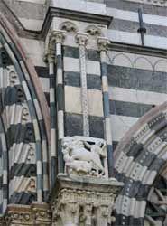 San Lorenzo a Genova. Sulla facciata sono stati inseriti dei rilievi posti sulla facciata romanica originaria. Ai lati del portale centrale si osservano due scene raffiguranti leoni che abbattono delle antilopi. Risalgono all'inizio del XIII secolo.