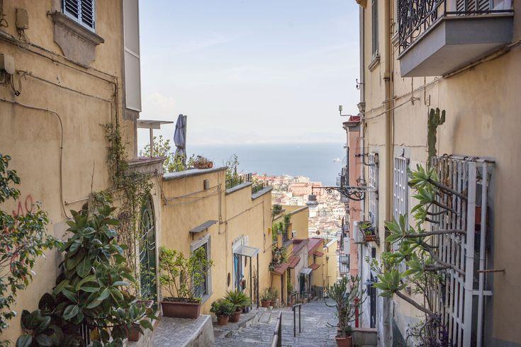 Oggi va tanto di moda Lisbona, con le sue suggestive stradine che si inerpicano lungo il quartiere del Chiado. Ma in realtà possiamo sognare anche a casa nostra percorrendo i vicoli del Petraio, tra edifici, discese e panorami molto più affascinanti | © Machi Di Pace (@machidipace) - Campaniasuweb