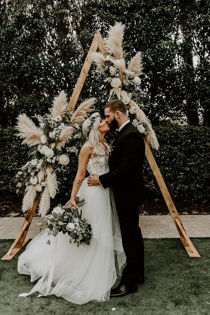 Böhmische Salbei-Grün-Hochzeit mit einem geometrischen Pampas-Gras-Hintergrund