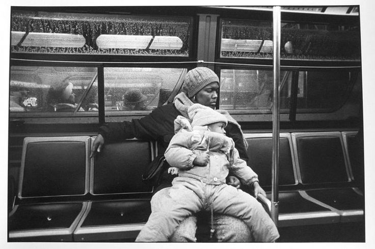 Tom Arndt, Mother and daughter on a bus, Chicago 2000 ©Tom Arndt/ Courtesy Les Douches la Galerie Paris