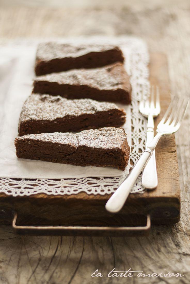 http://www.latartemaison.it/2013/04/torta-di-albumi-al-cioccolato/