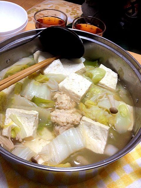 こんばんは!  今日は鶏つくね鍋を作ってみました( ̄▽ ̄) 最近鍋にハマっています(笑)  では、いただきまーす! - 7件のもぐもぐ - 鶏つくね鍋 by takenoko103