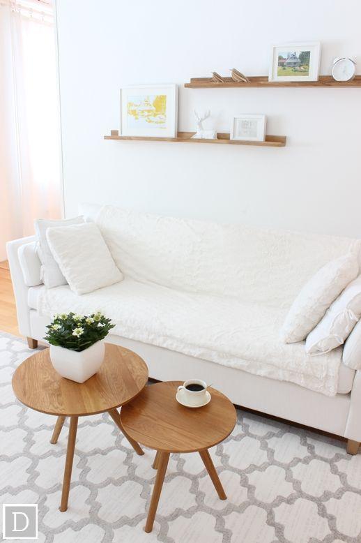 Dekottaa, vaalean olohuoneen sisustus, marokkohenkinen matto MattoKymppi, keinoturkis koristetyynyt ja viltti Jysk, tammiset taulurimat ja olohuoneen pöydät Kodin1
