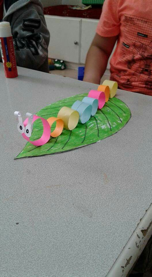 Actividad realizada con folios de colores enrollados para la realización de un gusano.