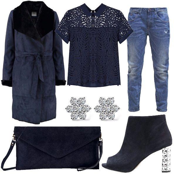 Look pensato per un sabato sera da trascorrere in un locale, da qui la scelta della maglietta con la manica corta abbinata ad un cappotto ed un jeans stile baggy. Stivaletto spuntato con tacco, borsa blu e orecchini.