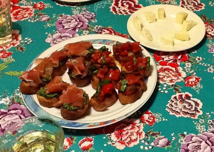 Bruschetta met pesto en serranoham en bruschetta met tomaat. www.sarahaandekook.nl