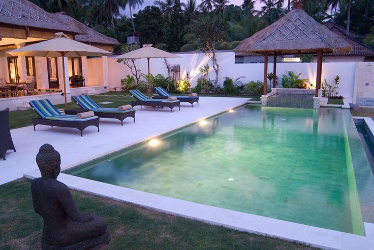 Villa Canidasa - Bali Deze adembenemende resortvilla in traditioneel Balinese stijl ligt op letterlijk enkele stappen van de oceaan in Oost-Bali. Vanuit de luxe villa met zwembad en jacuzzi heeft u uitzicht op de Straat van Lombok. Oost-Bali, met zijn vele stranden, is rustig en onbedorven. De villa ligt op een uur van het vliegveld en biedt met 3 ensuite slaapkamers plaats aan 6 tot 8 personen. Personeel aanwezig voor extra services.