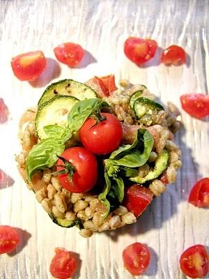 Forchettina Irriverente: Insalata di farro al pesto con zucchine grigliate e salmone affumicato