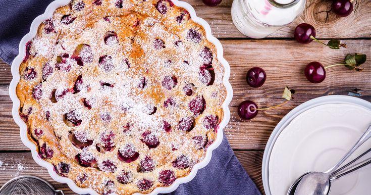 A tejfölös-gyümölcsös, kevert sütivel nem kell sokat munkálkodni, csak összekevered a hozzávalókat, és már mehet is a tészta a sütőbe.