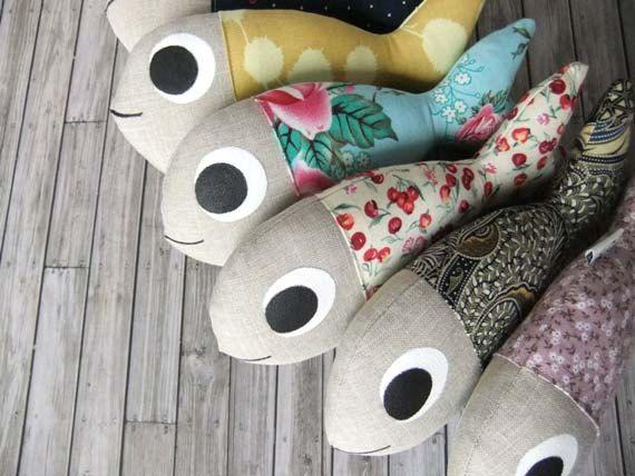 Los Guppys son peces dulce y suave que se vería preciosa en un vivero o en un estante o un sofá, en cualquier lugar realmente! Les encantaría escucharlo lampazo o reloj intenta averiguar cómo funciona su computadora. * Rose Guppy está compuesta de un precioso vintage rose-impreso algodón y lino.    * Guppies todos miden aproximadamente 8 de largo, se rellenan con fibrefill y cuidadosamente tienen características de pintado a mano.    * Guppies son todo cosidos con costura reforzada y, a…