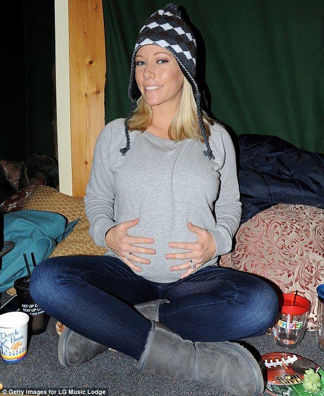 Kendra Wilkinson pregnant. Casual maternity.