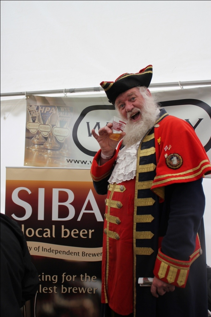 Town Crier enjoys a pint in SIBA branded 'I am not a plastic cup' PLA tumbler at Ludlow Festival.