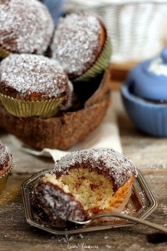 Muffins cu nuca de cocos - retete culinare, ingrediente si mod de preparare. Reteta de muffins cu fulgi de nuca de cocos deshidratati si ciocolata.