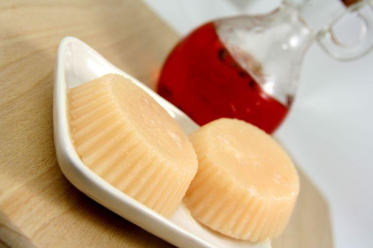 Zrób swój balsam do pielęgnacji ciała z masłem shea i dodatkiem oleju z dziurawca. Masło shea wykazuje ogromne działanie pielęgnacyjne, natłuszcza i nawilża. Dzięki niemu skóra jest gładka i miękka, dodatek oleju z dziurawca zmniejsza blizny, rozstępy i wzmacnia naczynia krwionośne. Przepis po kliknięciu w obrazek Polub: https://www.facebook.com/zrobswojkosmetyk