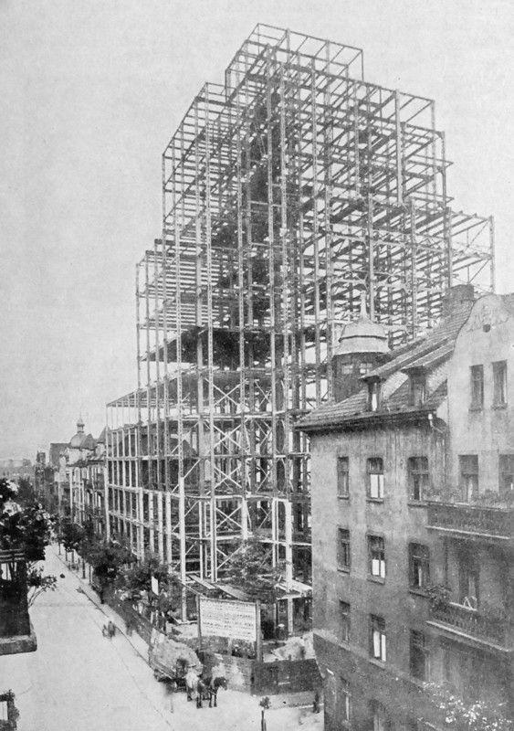 The first skyscraper at Żwirki i Wigury under construction.