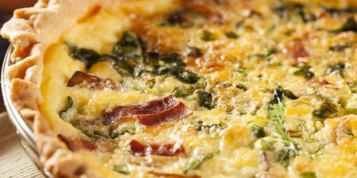 Verwarm de oven voor tot 200 ºC.   Bekleed de vorm met het deeg. Bak de shoarma zonder extra olie in een koekenpan 3 min. zachtjes.   Voeg de ui, de helft van de knoflook en de champignons toe en bak nog 3 min.   Klop de eieren los met 200 g yoghurt. Meng er de kaas en zout en peper door.   Schep de shoarma op de deegbodem. Schenk er het yoghurtmengsel over.   Bak de quiche in de voorverwarmde oven in 35 min. goudbruin en gaar.   Meng de laatste 2 knoflooktenen door de resterende 300 g…
