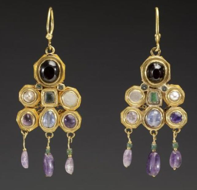 Byzantine pair of earrings, approx. 6th century.