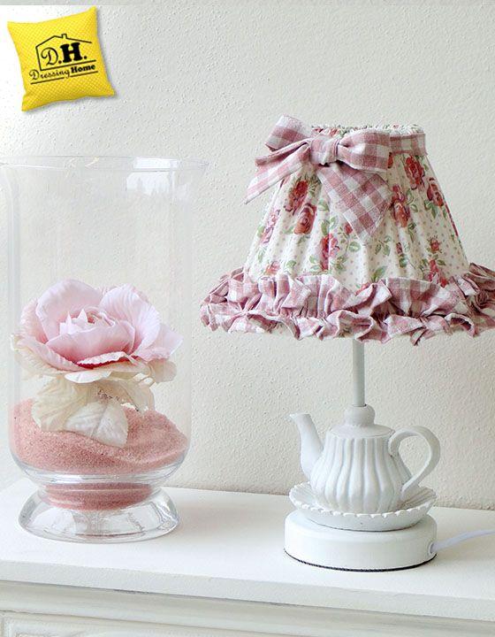 Un cappello di rose fiorite ed una meravigliosa base a forma di teiera