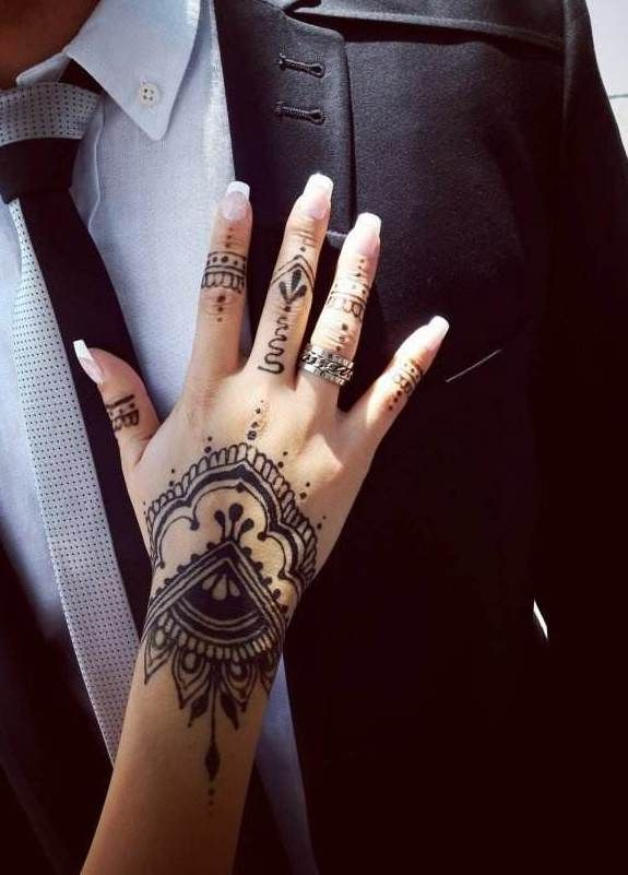 43 Elegant Hand Tattoo Designs That All Women Will Like Page 33