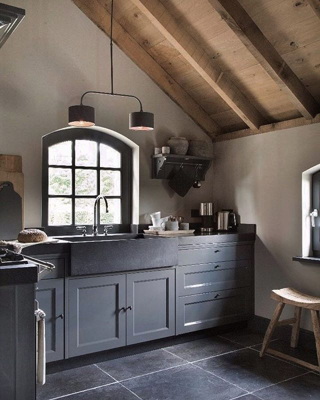 Leuk; onze keuken nu nog wit gaan we ook donker maken zoals deze keuken in de Bergschuur. #landelijkekeuken #kitchen #kitcheninspo #interiorinspo #keuken #countrykitchen #interieur #interior #stijlvolwonen #landelijkwonen #landelijkestijl #industrieelwonen #soberwonen #interieurdesign #interieuradvies #stylingadvies #wonenlandelijkestijl #wooninspiratie #aurapeeperkorn
