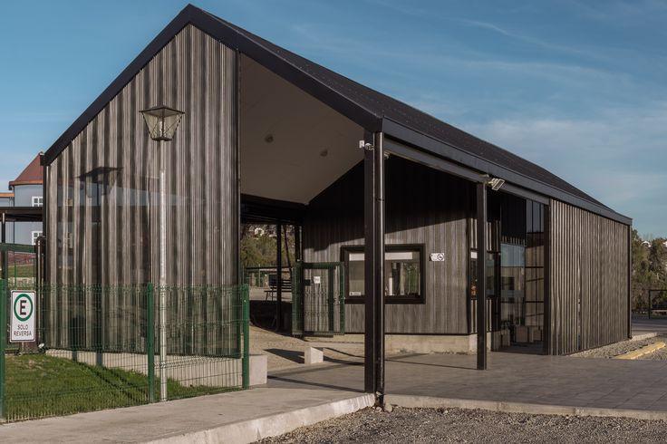 Nuevo Acceso Colegio Alemán de Puerto Varas. Proyecto de reordenamiento de accesos, nueva portería y patios. 2016.    Foto tomada por https://www.facebook.com/PuertoVarasPhotography/