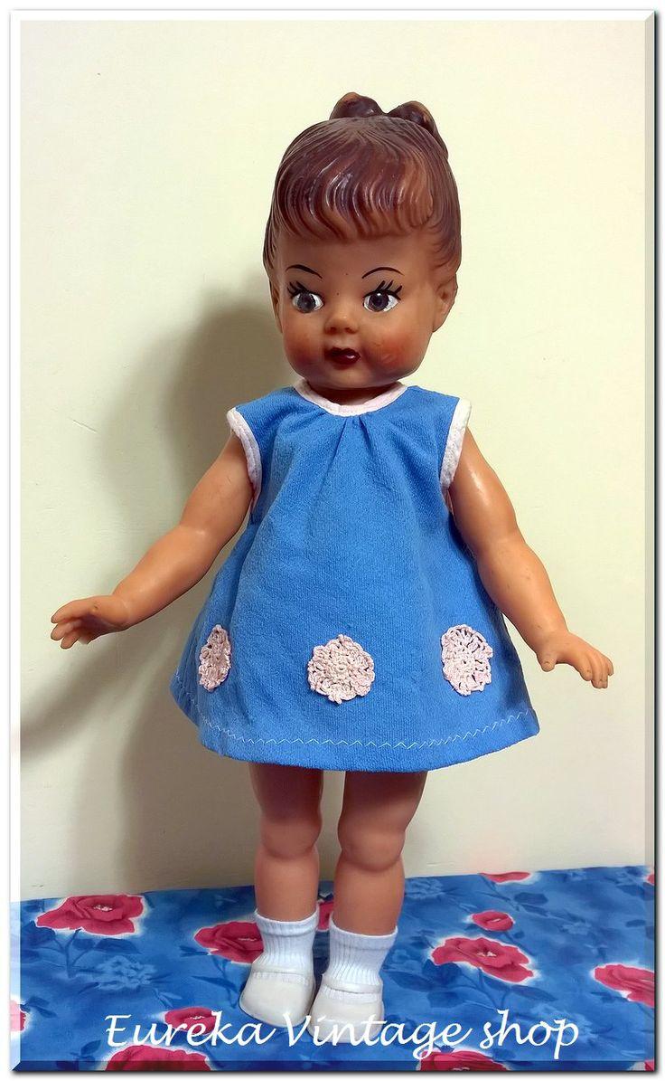 Κούκλα ελληνικής κατασκευής ολόκληρη από βινύλιο περίπου από της αρχές της δεκαετίας 1960's. Η κούκλα είναι πάρα πολύ σπάνια, και πρέπει να είναι από τις πρώτες κούκλες βινυλίου προτού αρχίσουν να τους περνάνε μαλλιά. Για τον κατασκευαστή δεν μπορούμε να πούμε απολύτως τίποτα (ΚΟΡΑΣΙΔΗΣ? ΑΠΕΡΓΗΣ? Άλλος?). Είναι σε πολύ καλή κατάσταση για την ηλικία της, ένα δαχτυλάκι από κατασκευής είναι ελαφρώς κοντύτερο. Όλα τα μέρη κινούνται τα μάτια είναι σταθερά. Η κούκλα στο σύνολο της είναι πολύ…