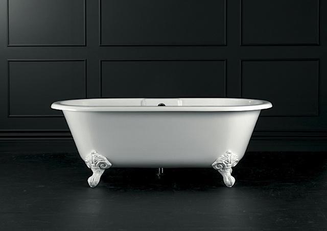 Freistehende Badewanne mit  verschnörkelten Stehern