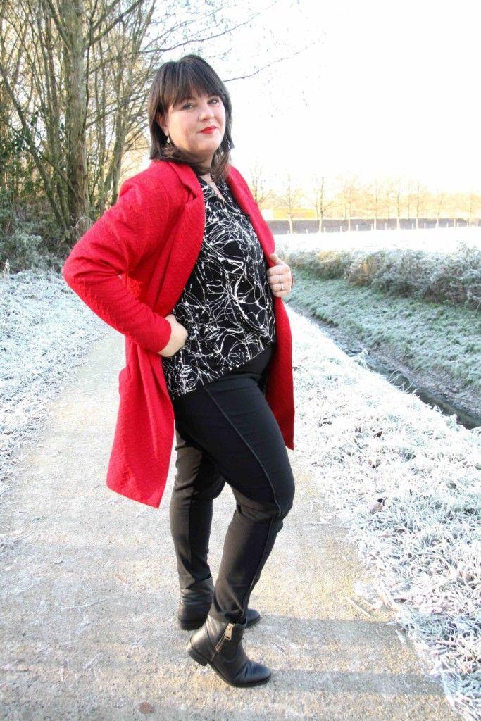 x-two red, lange rode blazer, grote maten, zwarte broek met bies