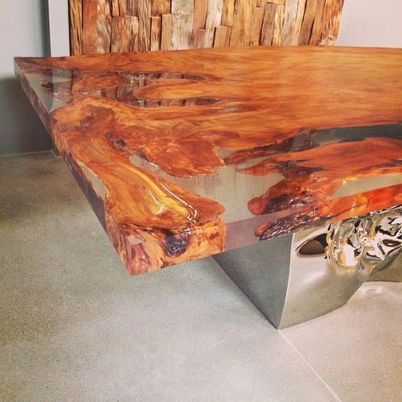 Mesa de madeira maciça com preenchimento das falhas em resina.