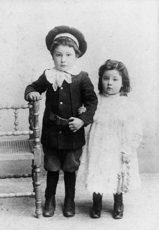 Galería de fotos. Con su hermano Enrique, al poco de llegar la familia a Madrid. #MariaMoliner