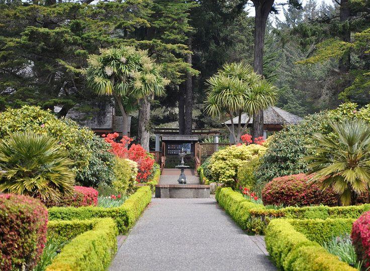 Jardim formal no Parque Estadual Shore Acres, localizado ao longo da costa do Pacífico no estado de Oregon, USA.  Fotografia: Finetooth.