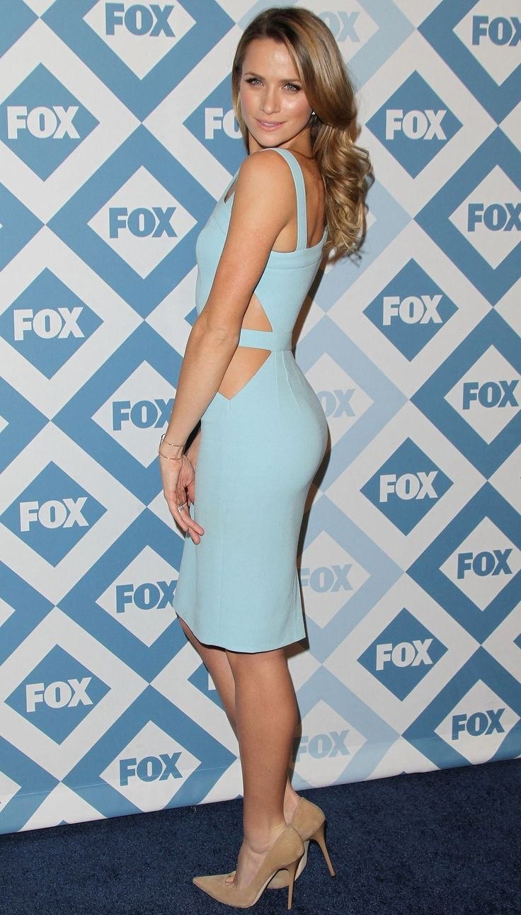 Shantel VanSanten: nude pumps, toe cleavage,  great legs and tush