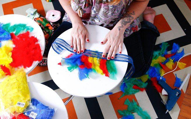 O cocar foi feito colando penas em uma passamanaria. Foto: Tricia Vieira/Fotoarena