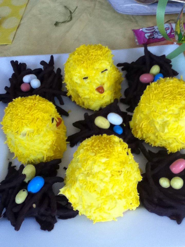 Cupcakes poussins:) (cupcake à l'envers, couvrir de glaçage jaune)