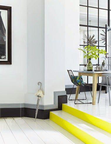 plinthes graphiques grises et noires et marches d'escalier jaune citron