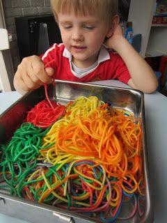 MizFlurry: Gekleurde spaghetti - lekker sensopatisch spelen en kliederen met gekookte spaghetti, gekleurd met voedingskleurstof, dus veilig. Lees hier hoe je de spaghetti kunt kleuren zonder vieze handen te krijgen en over een leuk speelidee met munten.