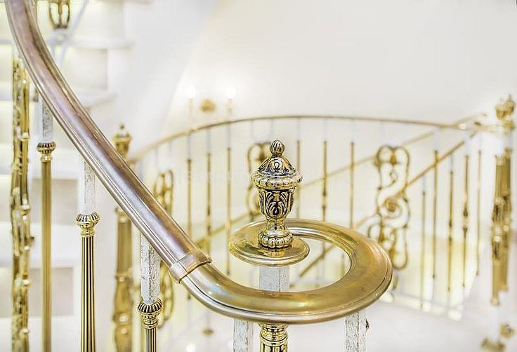 Латунное ограждение лестницы из мрамора - «Mercury Forge» #stairs #decor #home #grandeforge #royal #mercuryforge #лестницы #ограждения #роял #москва #дом #интерьер