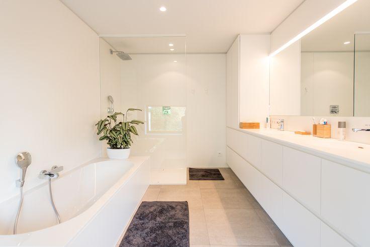 Frisse, witte badkamer, foto Ian Segal, 1404LAMB stam.be