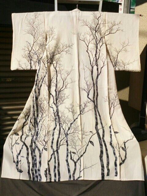 This kimono uses the element of line drawing to creates the tree shape and also use black and white which creates contrast to emphasis tree.