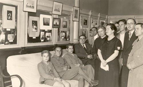 """Antonio Oliver y Carmen Conde, en la Exposición de fotografías de """"Molinos de velas"""", organizada por la Universidad Popular de Cartagena, del 12 al 19 de abril de 1936."""