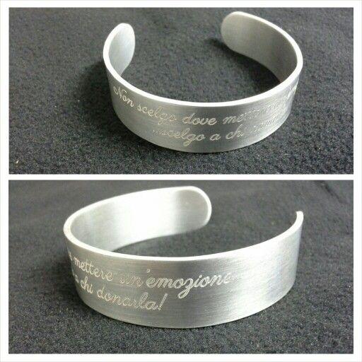 Bracciale a fascia in metallo personalizzato con incisione frase.