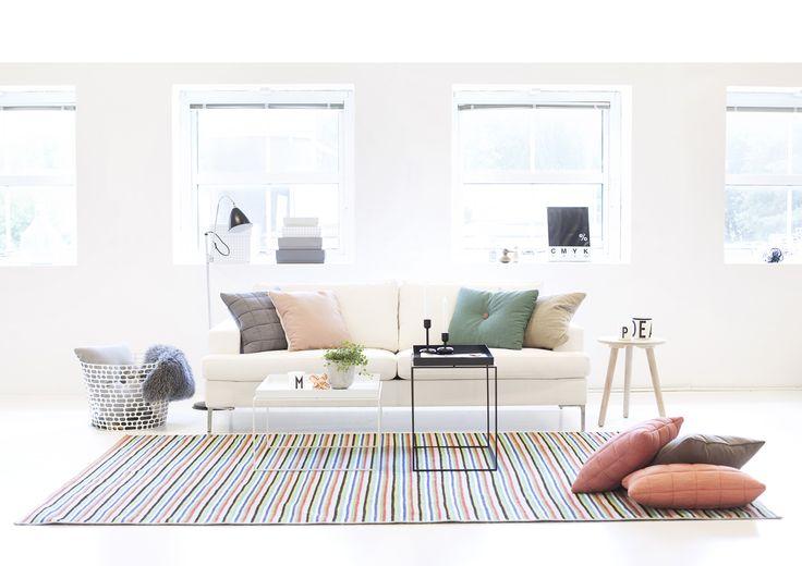 Värikkäät tekstiilit luovat tyylikkään ja yhtenäisen ilmeen valkeaan olohuonetilaan. Klikkaa kuvaa, niin näet tarkemmat tiedot!