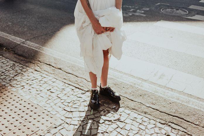 Editorial urbano em Belo Horizonte, Blog Aliança Rebelde, Aproximar Fotografia, noiva urbana, rock´n´roll, maquiagem, vestido de noiva, buquê, batom escuro, batom vermelho, esmalte vermelho, noivas alternativas, casamentos alternativos, sapato, bota, coturno