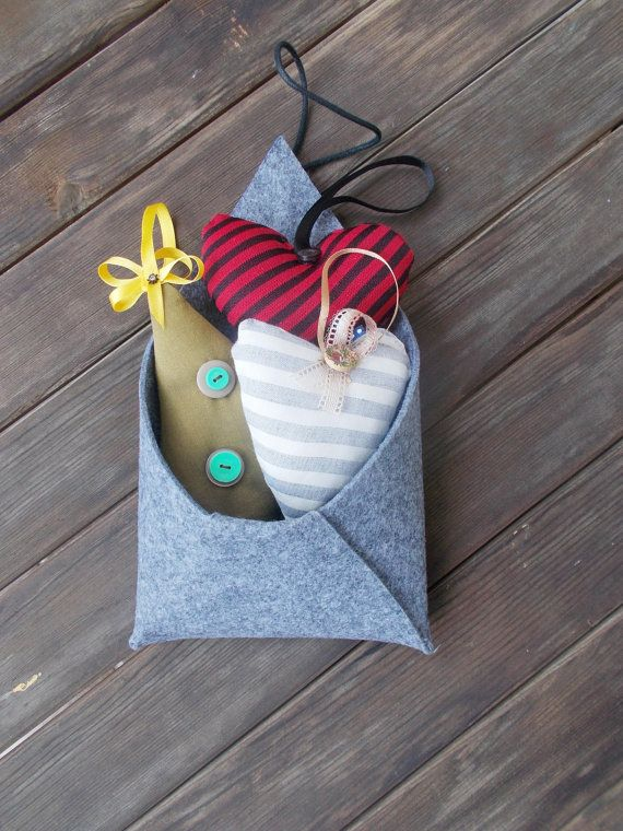 christmas felt envelopes with hearts/trees hanging by mademeathens