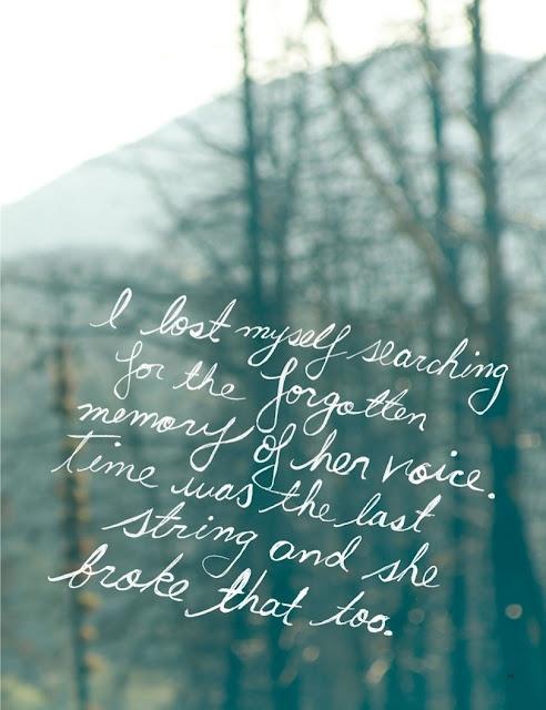 """Cata na cabeceira um caderinho de anotações e escreve. Vemos as palvras rabiscadas sobre a imagem na tela. """"Meto nos bolsos, sem saber para quê, todo o salário do mês, recebido no dia anterior. """"O que pode ser essa sensação de vazio, de tempo perdido, que de quando em quando me assalta? Sinto saudades de algo que não conheci."""" Fica na janela olhando a cidade no entardecer. Repara nos pássaros que voam em formação. Rabisca: """"como os passaros sabem onde devem ir?"""""""